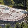 大板山たたら製鉄所遺跡は1991-1994年に発掘調査されました。写真の中央右下には両側に足踏みふいごを備えた炉の跡、左中央下には排水溝や、鉄塊を冷却する鉄池や、元小屋(事務所)等の遺構があります。