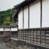 外堀の外側には,中・下級の武家屋敷や町人地,寺院などが区画を分けて整然と配置されています。今日,萩はこの歴史的な町割りと,徳川体制における近世の封建社会の特徴を示す日本の城下町の主な特徴をよく残しています。