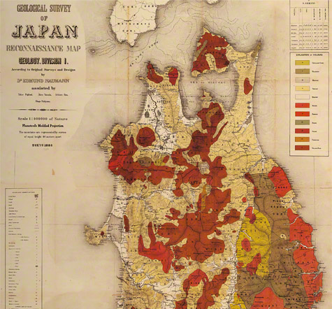 「予察東北部地質図」 。ドイツの地質学者H.Eナウマン(1854年-1927年) の調査に基づき、日本で初めて作成をされた地質図である。 ナウマンは、1875年に明治政府に雇われ、 明治期における「日本地質学の父」 として知られる。図中の赤は花崗岩を示し、 三陸沿岸に広く分布している。花崗岩風化層に僅かに含まれる砂鉄を取り出し、 それを原料に、 古来たたら製鉄が行われた。また、 近代製鉄発祥の地となる釜石鉱山 は、花崗岩となるマグマが、 石灰岩に接触交代してできた鉄鉱床で、 日本最大の鉄鉱山である。