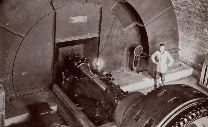 万田坑の換気用扇風機。1910年頃。