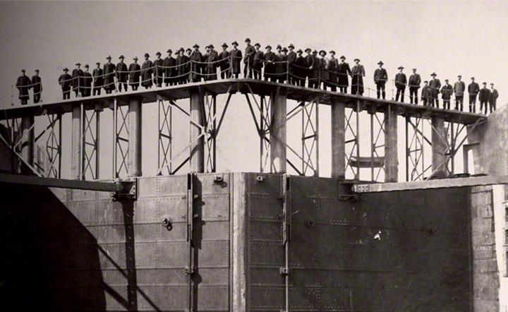 三池港閘門。有明海は遠浅のため干満の差が5.5メートルもあったことから1908年に閘門を設置し引き潮でも5.5メートルの水深を保つことができるようになりました。満潮の時には11メートルの水深にもなりました。
