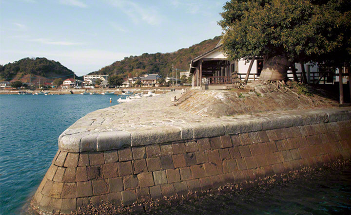丸みのある輪郭の埠頭と水路は,オランダ人技術者により,日本で初めてこの地に導入されたものです。
