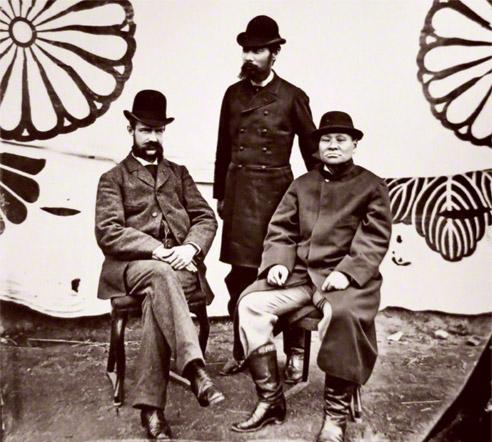 ローウェンホルスト・ムルドル(左)と富岡敬明熊本県知事(右)