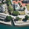 1881年、オランダ人技師、ムルドルは三角の地に新しい港と町を築くことを進言しました。居住区は背後の山を切り開いて作り、海を埋め立てて海に面した波止場を有する産業エリアを造成しました。三角西(旧)港は、現在でもきちんと残っており、建造物自体だけでなく、形状や背景までも当時のまま保たれています。