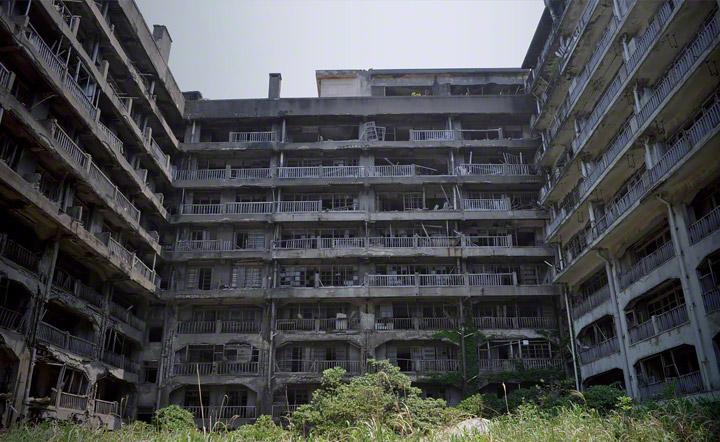 9階建(一部10階建)の端島最大の鉱員社宅、65号棟。(別名:報国寮)コの字型になっており、中庭には児童公園、屋上には幼稚園がありました。