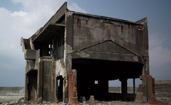 機器のメンテナンスを行っていた工場。写真奥の観光ルートからもよく見える鉄筋コンクリート造2階建ての建物です。