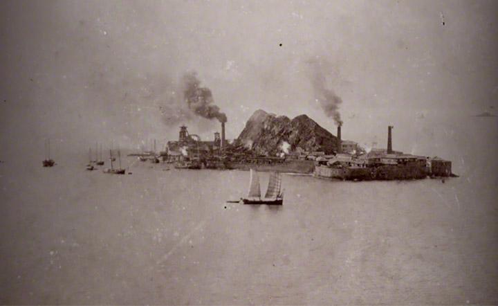 1910年当時の端島炭坑。