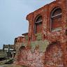 写真右にあるレンガの壁は明治29年に建てられた第三竪坑の捲揚機を設置していた建物の一部。第三竪坑が閉鎖した後は資材倉庫として使われていました。