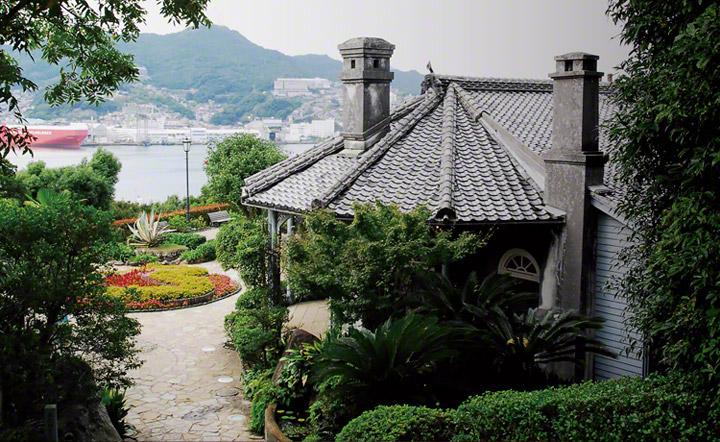 三菱長崎造船所を対岸にのぞむ景色が広がります。
