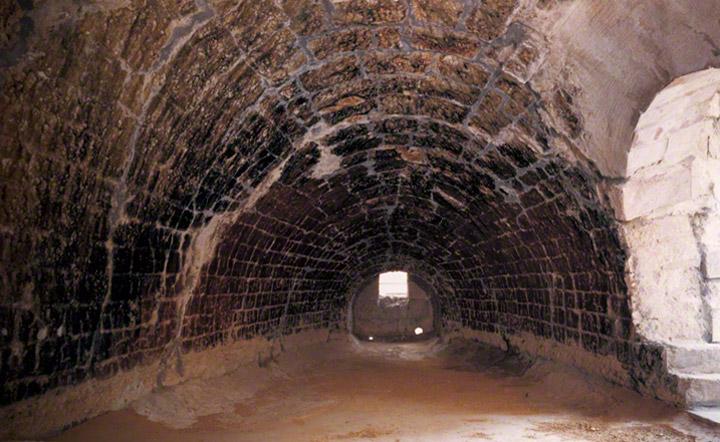反射炉内部。現地生産の耐火煉瓦が使われました。銑鉄の挿入口から湯だし口方向の眺め。