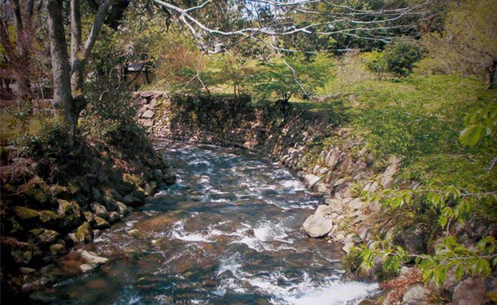 韮山古川。韮山反射炉敷地内で行われていた大砲製造の際,砲身に穴をあけるための水力動力源となりました。現在も同じ位置を流れています。