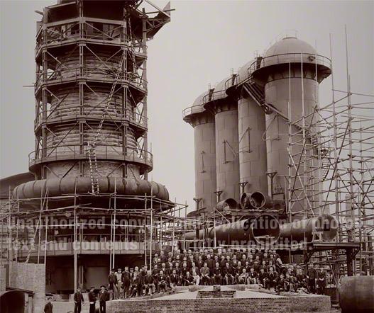 第一高炉(後に東田第一高炉に改称)。官営八幡製鐵所は1901年2月に操業が開始されました。この写真は1900年4月に撮影されたもので、初代内閣総理大臣伊藤博文が高炉の正面にいます。彼は産業国家になるためには鉄鋼が欠かせないものであることを十分理解しており、総理大臣2期目に八幡の地に官営製鐵所の建築を開始したのです。
