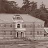 1898年建設途中の官営八幡製鐵所。本事務所(中央左)、鍛冶工場(右)、第一高炉(左上)。