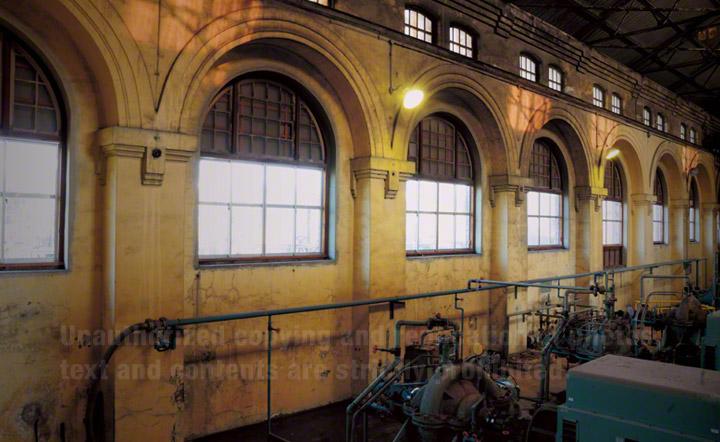 内部に設置された電動ポンプ。1950年代に設置されました。今でも八幡製鐵所に必要な約3割の工業用水を送水しています。